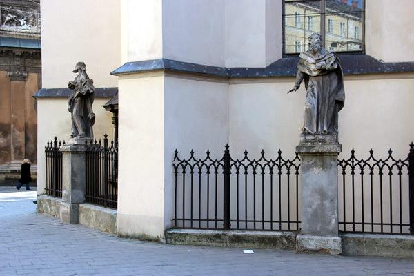 скульптуры около Латинской кафедры