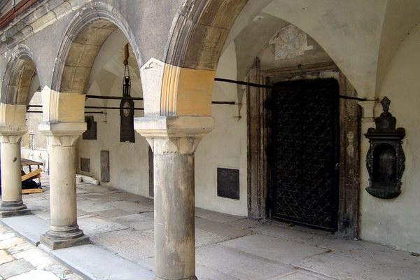 у вірменському дворику