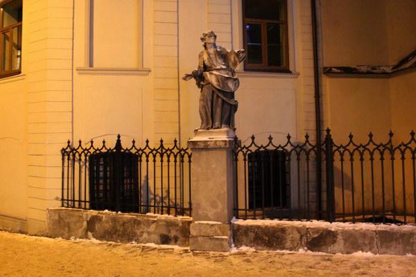 статуя возле Латинской кафедры