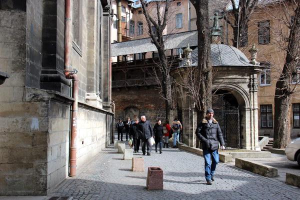 вуличка позаду церкви Св.Андрія